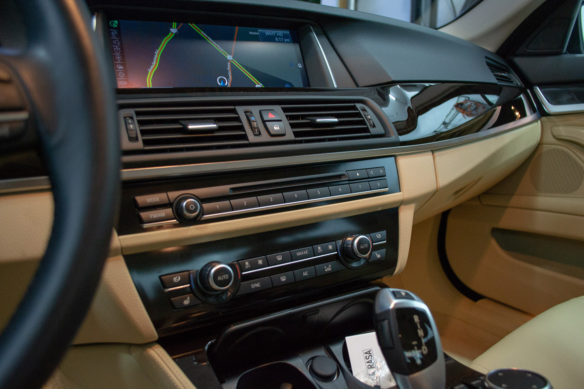 2017 BMW 528i Lease Return Detail Interior Pic #2