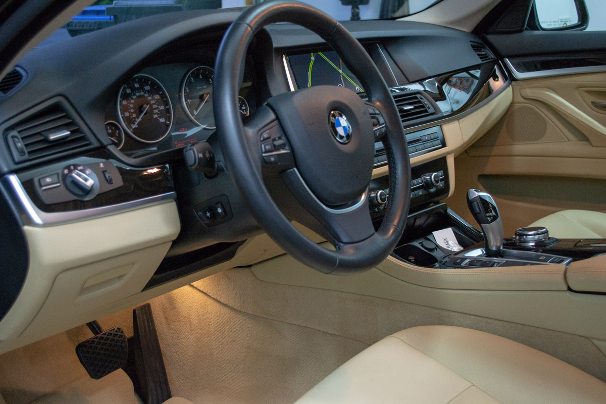 2017 BMW 528i Lease Return Detail Interior Pic #3